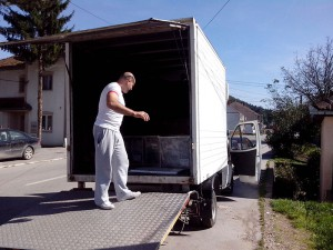 kamion-sa-utovarnom-rampom